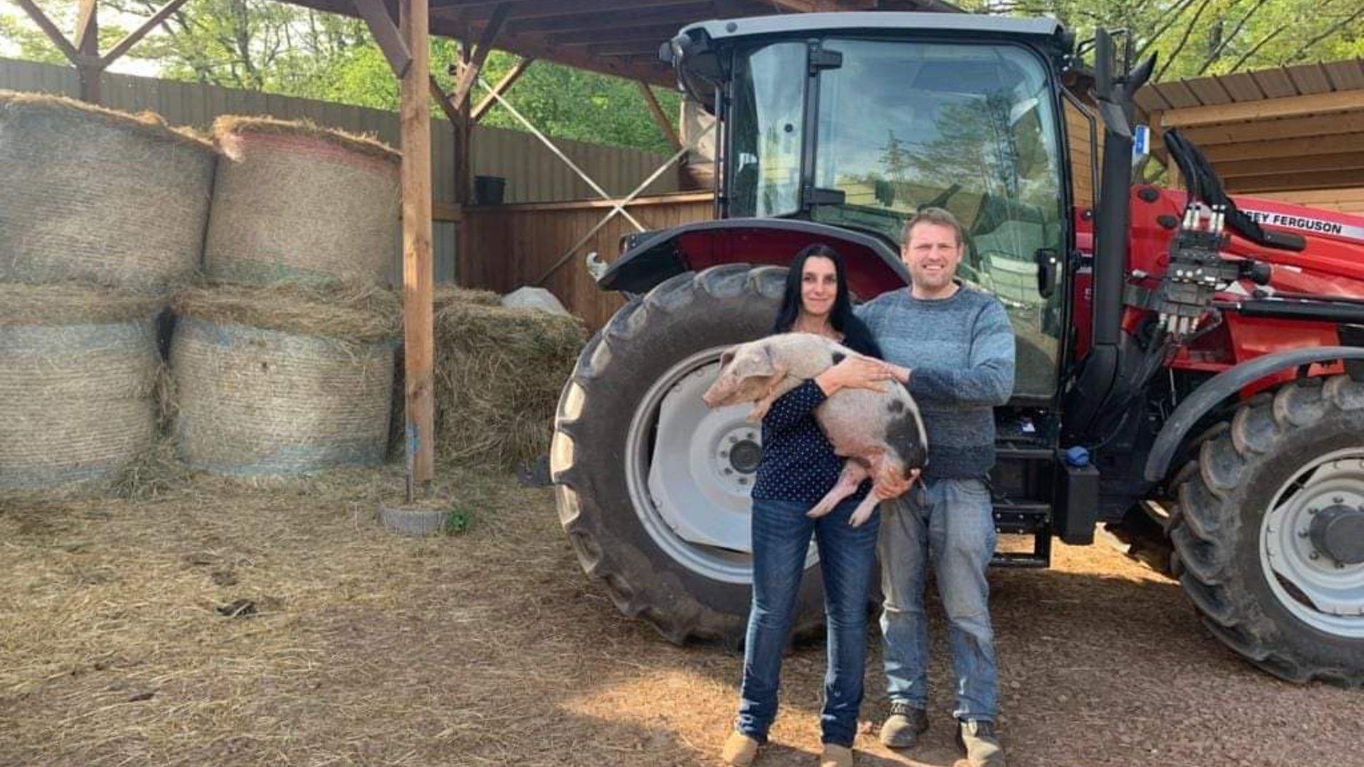 Markus Both mit Frau vor Traktor